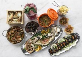 Selección de mariscos gourmet portuguesa fresca mixta en mesa blanca en el restaurante de Lisboa foto