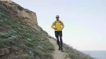 homem correndo nas montanhas video
