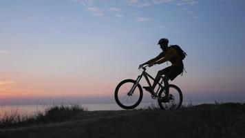 jeune homme, faire du vélo video
