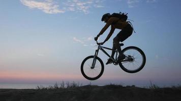 coureur masculin sur un vélo de montagne video