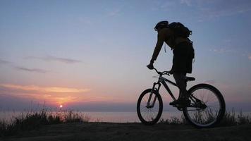 jeune homme à vélo video