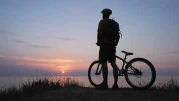 un jeune cycliste video