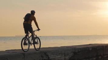 jeune homme monter sur un vélo video
