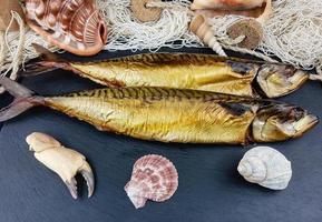 Tortitas de pescado de filete de caballa ahumada con ensalada foto