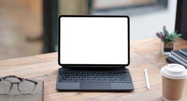 Vista cercana de la computadora portátil con pantalla en blanco abierta con oficina foto