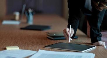 mujer de negocios, o, contador, mano, utilizar, calculadora foto