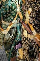 Máscara de lakhon khol tradicional ceremonia de baile traje en wat svay andet sitio del patrimonio cultural inmaterial de la unesco en la provincia de kandal, camboya foto