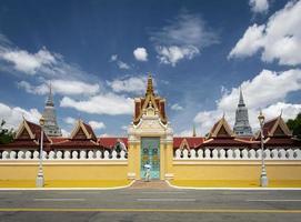 Vista del exterior histórico del palacio real en la ciudad de Phnom Penh, Camboya foto