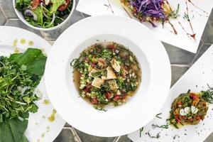 Mezcla de tapas tradicionales portuguesas, aperitivos y ensaladas en la mesa de restaurante de Lisboa foto