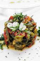 Portugués asado orgánico pimientos y ajo ensalada de tapas mediterráneas en el restaurante de Lisboa foto