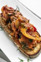 Portugués caldeirada de peixe tomate picante cebolla y pimientos guiso de pescado en estilo rústico de tapas tostadas tiborna foto