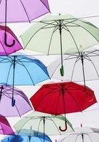 Decoración colorida de sombrillas en la ciudad. foto