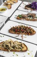 Tiborna tradicional portuguesa sándwich abierto tostado tapas bocadillos en la mesa foto