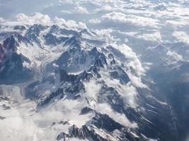 vista aérea de las montañas de los alpes foto