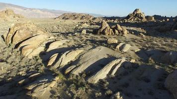 un homme faisant de la randonnée avec son chien dans un désert montagneux. video