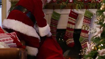jultomten fyller strumpor på julafton video