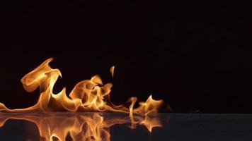 vlammen branden op zwarte achtergrond in slow motion video