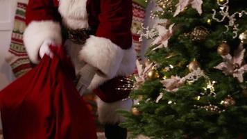 jultomten sätter presenter under trädet på julafton video
