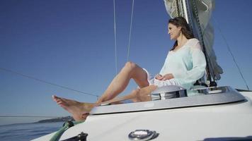 ung kvinna som kopplar av på segelbåt. video