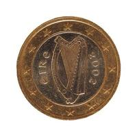 Moneda de 1 euro, unión europea, irlanda aislado sobre blanco foto
