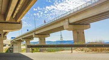 Carretera elevada y puente en bakar croacia. foto