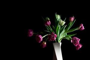 Hermosas flores en florero espacio de copia discreta de arte foto