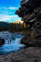 amanecer sobre las cataratas del río sheep foto
