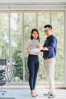 hombre de negocios asiático y mujer discutiendo nuevo proyecto empresarial foto