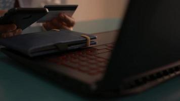femme d'affaires faisant des opérations bancaires en ligne avec un smartphone en travaillant à la maison. video