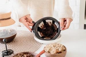 mujer joven, elaboración de café, en, café, po foto