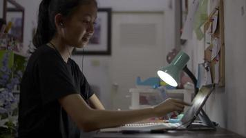 chica con auriculares y tableta digital para la lección en línea. video
