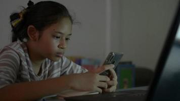 flicka som använder mobiltelefon för kommunikation online under läxor video
