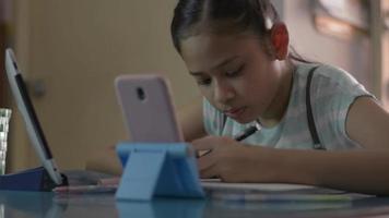 skolflicka studera hemma på videosamtal online med hemisolering. video