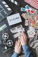 Manos de mujer sosteniendo entradas de cine retro vintage foto