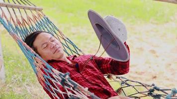 homem dormindo em uma rede video