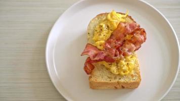 pane tostato con pancetta e uova strapazzate video