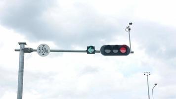 poste de semáforo mostrando o semáforo verde para virar à esquerda. video
