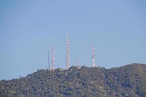 Antenas en la cima de la colina de Sumare en Río de Janeiro, Brasil foto