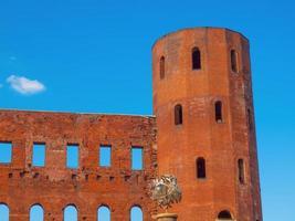 Torres palatinas, antiguas puertas de la ciudad romana de Turín, Italia foto