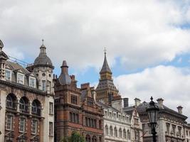 Big Ben detrás de otros edificios en Londres foto