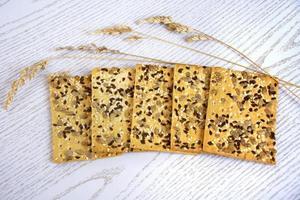 galletas con pipas de girasol y tallos de juncia seca foto