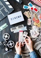 Belorechensk, Rusia 2021- manos de mujer sosteniendo entradas de cine retro vintage foto