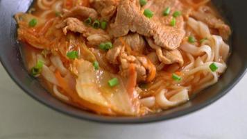 fideos coreanos udon ramen con sopa de kimchi video