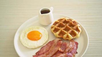 uovo fritto con waffle e bacon video