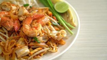 pad thai - stekta nudlar i thailändsk stil video