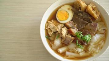 rismjöl eller kokt kinesisk pasta med fläsk i brun soppa video