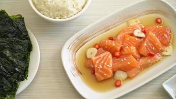 salmão fresco cru em conserva em molho de soja no estilo coreano video