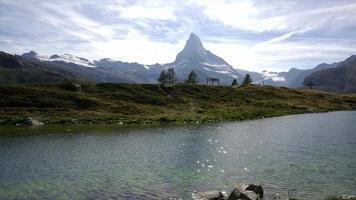 Timelapse Matterhorn con lago en Zermatt, Suiza video