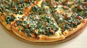 Spinach and cheese pizza - vegetarian style video