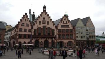timelapse bela praça da cidade velha de Romerberg em Frankfurt, Alemanha video